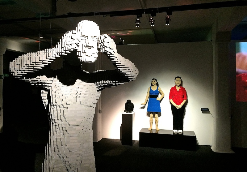 Mask -Nathan Sawaya - The Art of the Brick