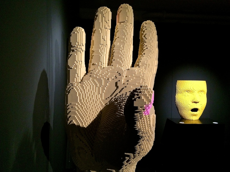 Hand, Nathan Sawaya - The Art of the Brick
