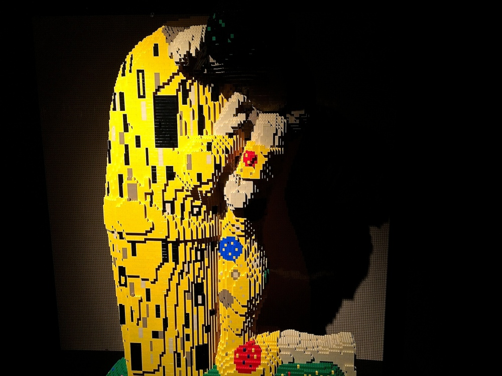 The Kiss - Nathan Sawaya - The Art of the Brick
